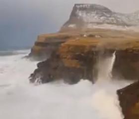 """У мережі опублікували відео дивного """"водоспаду навпаки"""""""