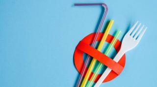 В Англії заборонили пластикові соломинки й ватні палички