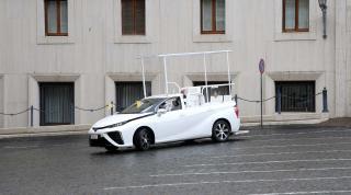 Папа Римський пересів на найдивніший автомобіль у світі