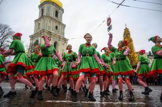 Ельфи, оркестр і білі ведмеді: у Києві пройшов перший новорічний парад-2020