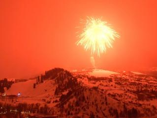 У США запустили найбільший  у світі яскраво-червоний феєрверк. (ВИДЕО)
