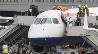 В аеропорту Лондона чоловік видерся на дах літака!